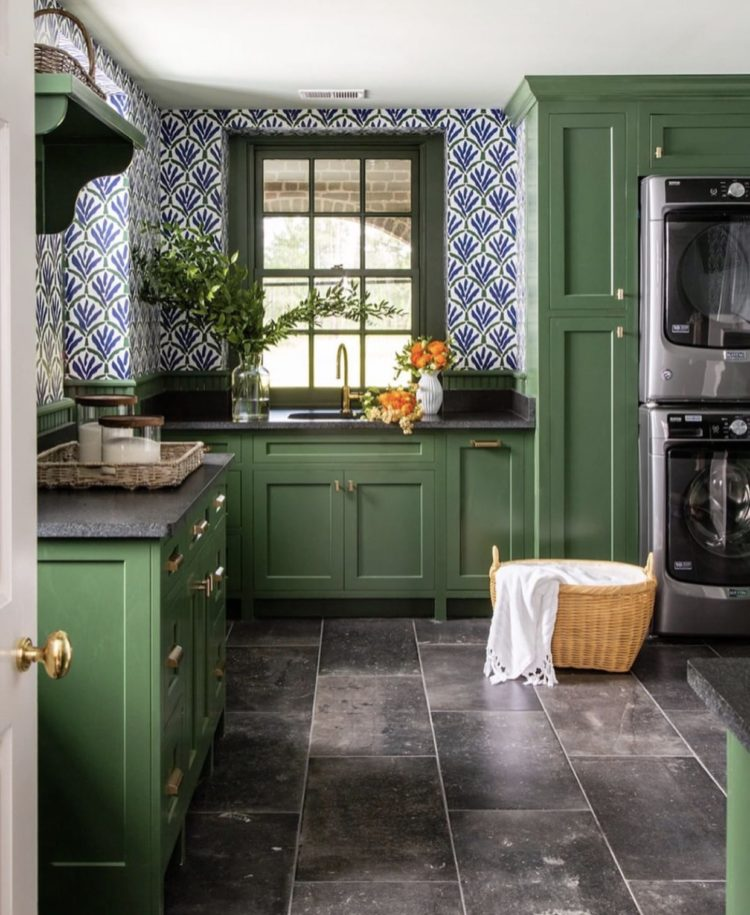 Peale Green by Benjamin Moore interior designer @andrewjhow wallpaper by @studiofournyc with this bold shade. Photo: @ericpiasecki Styling: @elizabethdemos